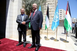 United Nations Secretary General Antonio Guterres (L) shakes hands with Prime Minister of Palestine Rami Hamdallah (R) in Ramallah, West Bank on 29 August 2017 [Issam Rimawi/Anadolu Agency