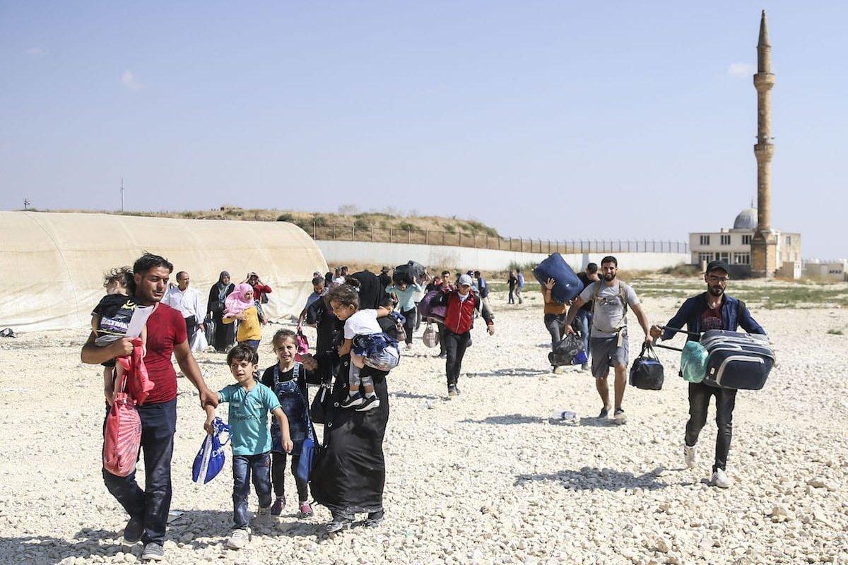 Syrian refugees with their belongings pass through Oncupinar border gate to reach their hometowns before Eid al-Adha in Kilis, Turkey on August 29, 2017 [Ensar Özdemir / Anadolu Agency]