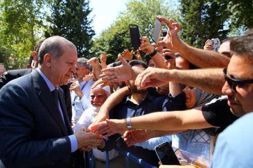 Turkish President Recep Tayyip Erdogan greets people after performing the Friday Prayer in Istanbul, Turkey on 18 August, 2017 [Kayhan Özer/Anadolu Agency]
