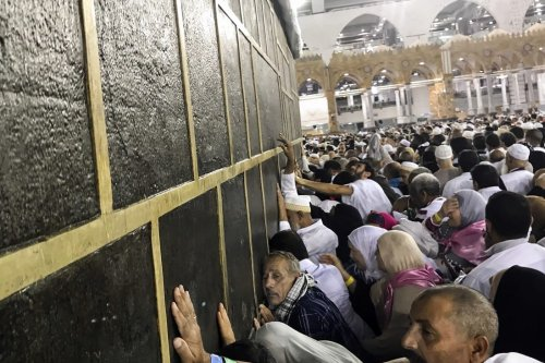 Muslim Hajj pilgrims try to touch Kaaba stone as they circumambulate around the Kaaba, Islam's holiest site, located in the center of the Masjid al-Haram (Grand Mosque) in Mecca, Saudi Arabia on 22 August, 2017 [Fırat Yurdakul/Anadolu Agency]