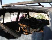 Israeli security forces inspect the scene after 3 vehicles belonging to Palestinians set on fire by Israeli settlers, at Umm Safa village in Ramallah, West Bank on 9 August, 2017 [Issam Rimawi/Anadolu Agency]