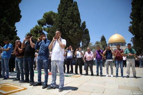 Palestinians perform Friday prayers in Al-Aqsa Mosque on 4 August 2017 [Mostafa Alkharouf/Anadolu Agency]