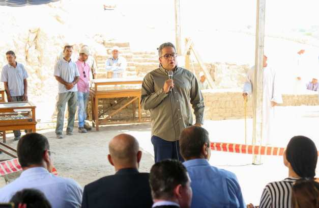 Egyptian Minister of Antiquities Khaled El-Anany (C) makes a speech about the discovery of a new tomb in Luxor, Egypt on 9 September 2017 [Ibrahim Ramadan/Anadolu Agency]