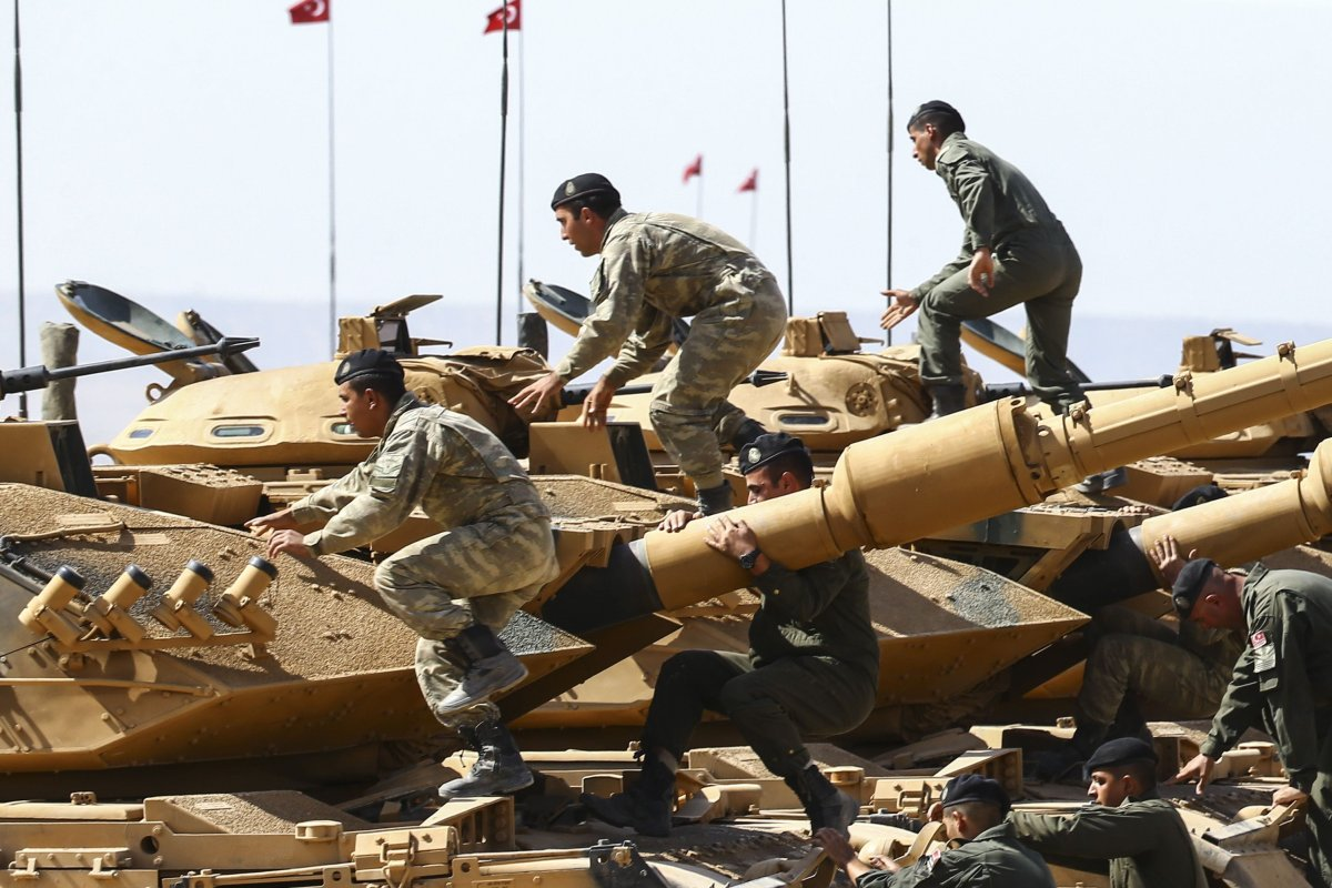 Turkish Armed Forces conduct a military drill near the Turkish-Iraqi border on 29 September 2017 [Fatih Aktaş/Anadolu Agency]