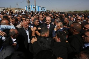 Palestinian Prime Minister, Rami Hamdallah receives a warm welcome in Gaza on 2 October 2017 [Mohammed Asad/Middle East Monitor]