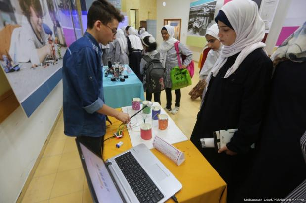The Qattan Centre for the Child has launched its science festival in Palestine; Days of Science in Palestine on 17 October, 2017 [Mohammed Asad/Middle East Monitor]
