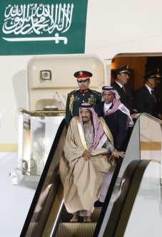 Saudi Arabia's King Salman (bottom) disembarks from a plane upon his arrival at Vnukovo airport outside Moscow, Russia October 4, 2017 [Sergei Karpukhin]
