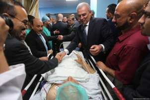 Palestinian Prime Minister Rami Hamdallah tours the Al-Shifa Medical Complex in Gaza City, Gaza Strip on 5th October 2017. [Image: Mohammad Asad]