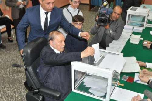 Algerian President Abdelaziz Bouteflika votes during the elections in 24 November 2017 [Al-Khaleej Online]