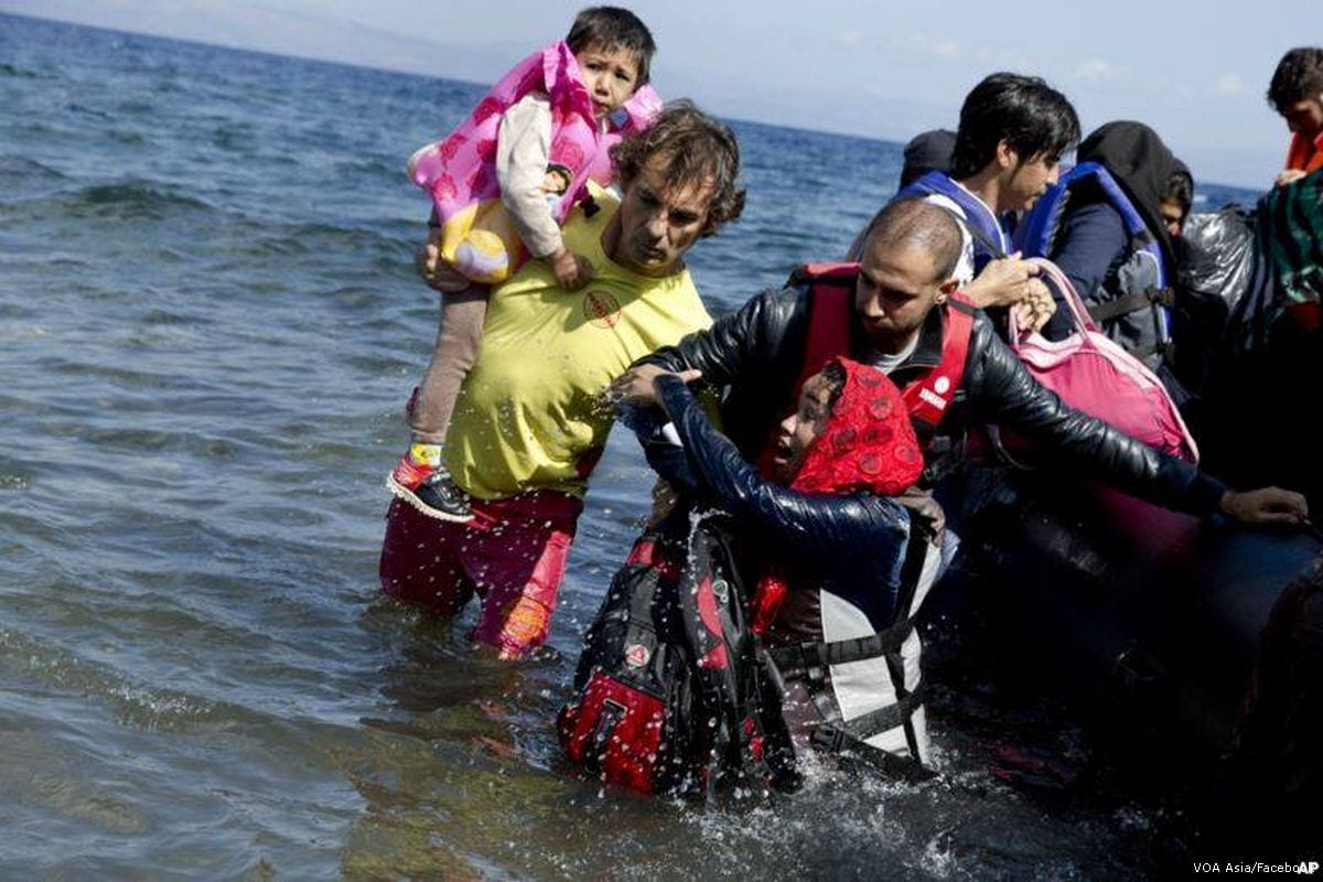 Syrians swim to safety after travelling on the Mediterranean sea [Tamer Yazar/Twitter]