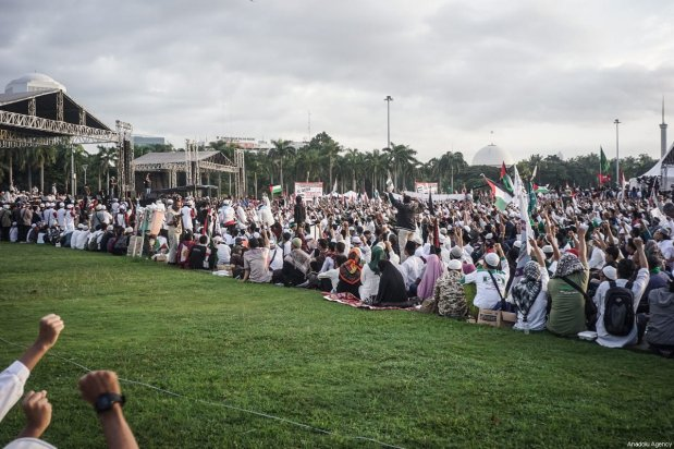 A number of protester gather near the stage to listen a group of Ulema in the demonstration to support Palestine at National Monument in Jakarta, Indonesia on December 17, 2017 [Nani Afrida / Anadolu Agency]
