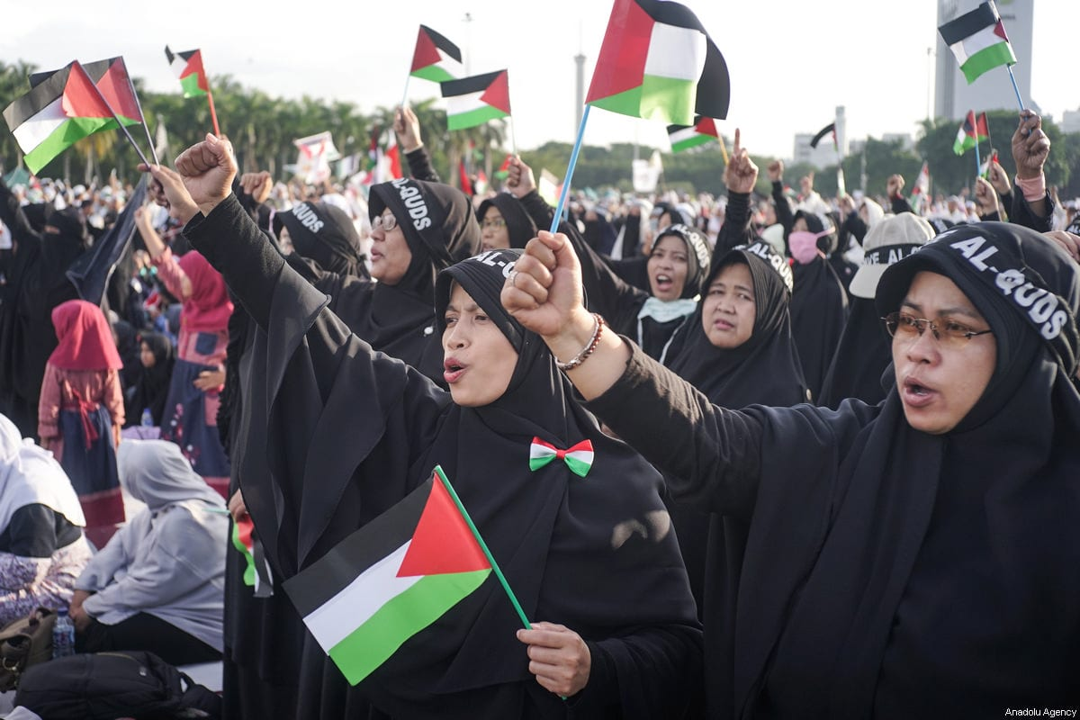 Women protesters wear Al-Quds headscarf and wave Palestinian flags in the demonstration to support Palestine at National Monument in Jakarta, Indonesia on December 17, 2017 [Nani Afrida / Anadolu Agency]