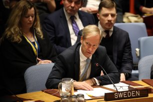 Sweden Ambassador to the UN Olof Skoog (front) addresses the UN Security Council in New York, United States on 18 December 2017 [Mohammed Elshamy/Anadolu Agency]