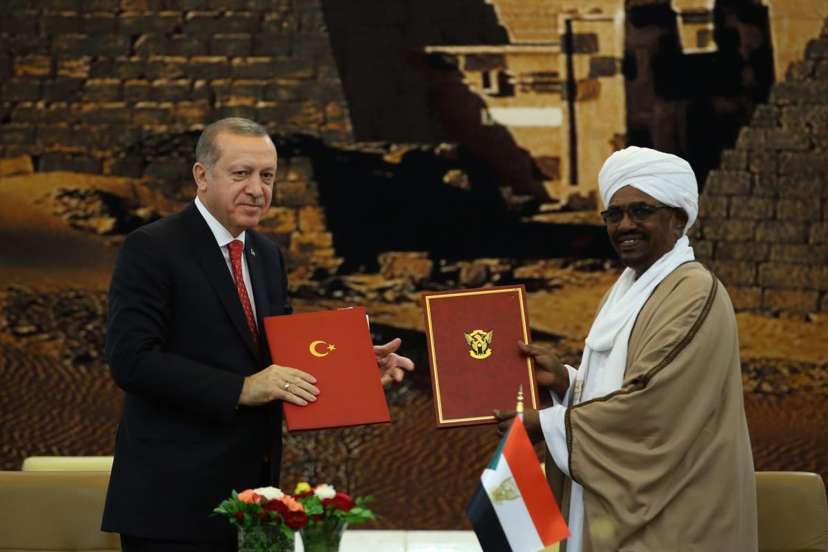 President of Sudan Omar al-Bashir (R) and President of Turkey Recep Tayyip Erdogan (L) pose for a photo after signing bilateral agreements between Turkey and Sudan during their meeting in Khartoum, Sudan on 24 December, 2017 [Turkish Presidency/Yasin Bulbul - Anadolu Agency]