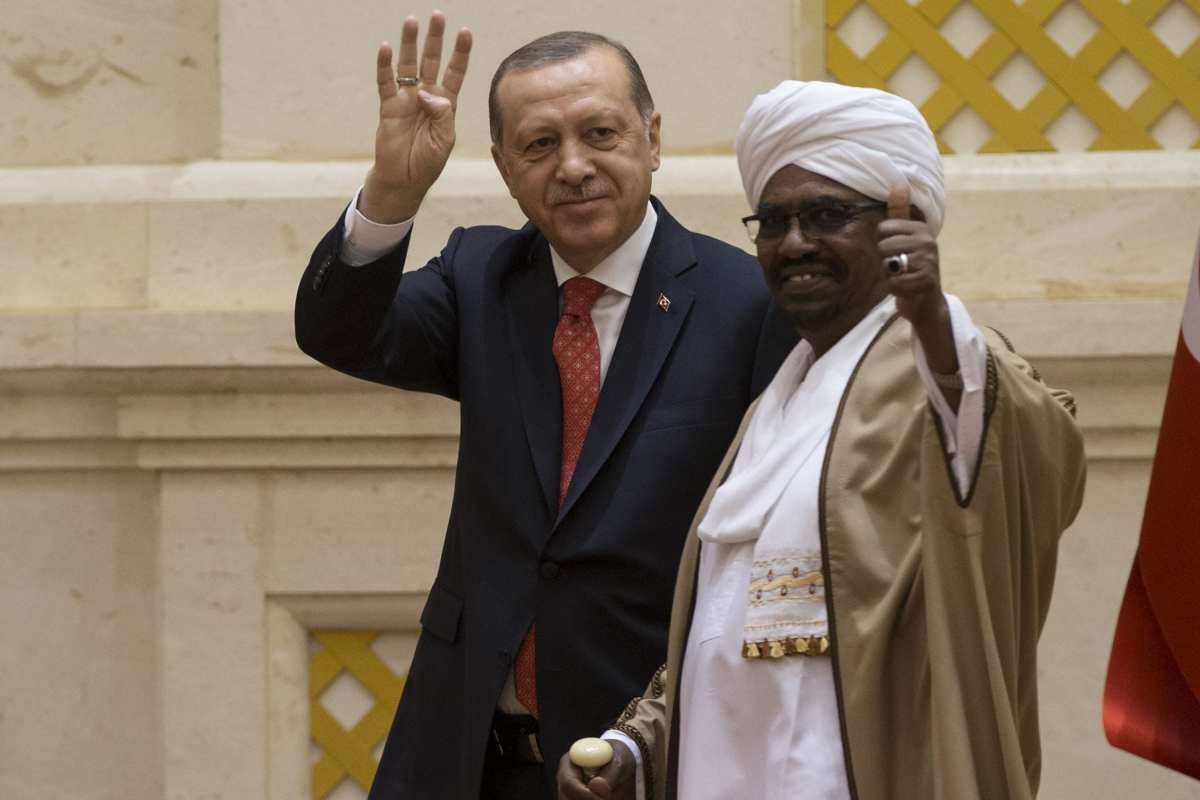 President of Turkey Recep Tayyip Erdogan (L) and President of Sudan Omar Al-Bashir (R) gesture during a joint press conference following their inter-delegation meeting in Khartoum, Sudan on 24 December, 2017 [Binnur Ege Gürün/Anadolu Agency]