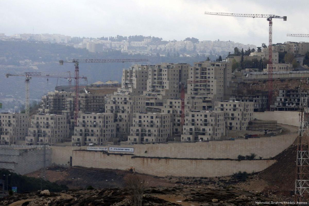 Constructions of the Israeli settlement Ramot continues on Palestinian lands in Jerusalem, on 22 November 2017 [Mahmoud Ibrahim/Anadolu Agency]