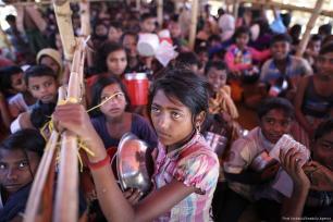 Rohingyan children wait for food aid, provided by the Turkish Cooperation and Coordination Agency (TIKA) in Cox's Bazar, Bangladesh on 30 November 2017 [Fırat Yurdakul/Anadolu Agency]