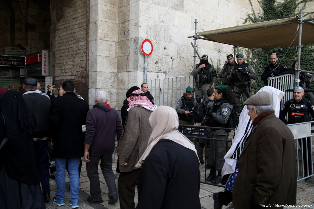 Muslim worshippers pass through the Israeli checkpoints to enter al-Aqsa Mosque for Friday Prayer in Jerusalem, on 15 December 2017 [Mahmoud İbrahim/Anadolu Agency]