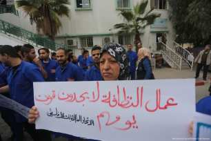 Employees of Gaza's cleaning companies protest an hour a day as they have not been paid their full salary amount for months [Mohammed Asad/Middle East Monitor]