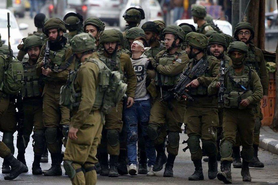 Israelis soldiers arrest a Palestinian teen in Jerusalem on 8 December, 2017 [Twitter]