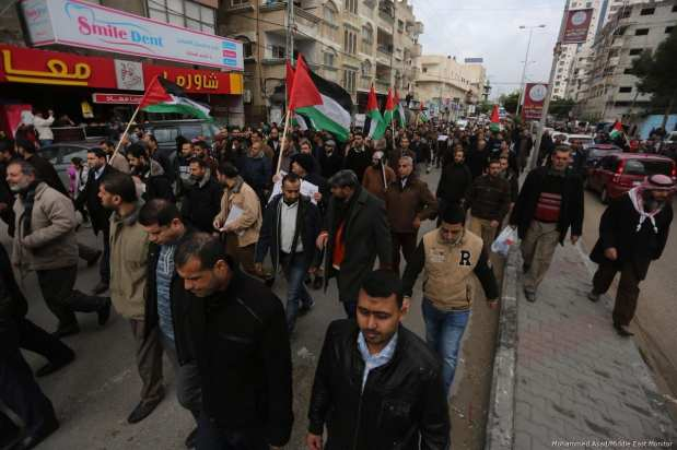 March organised by Syndicate of Public Servants in Gaza against Hamdallah gov [Mohammed Asad/Middle East Monitor]
