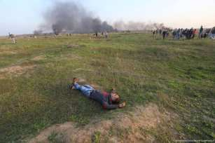 Palestinian protesters are injured as a result of Israeli occupation forces using live ammunition and rubber-coated metal bullets to disperse unarmed demonstrators in the Gaza Strip on 12 January 2018 [Mohammed Asad/Middle East Monitor]