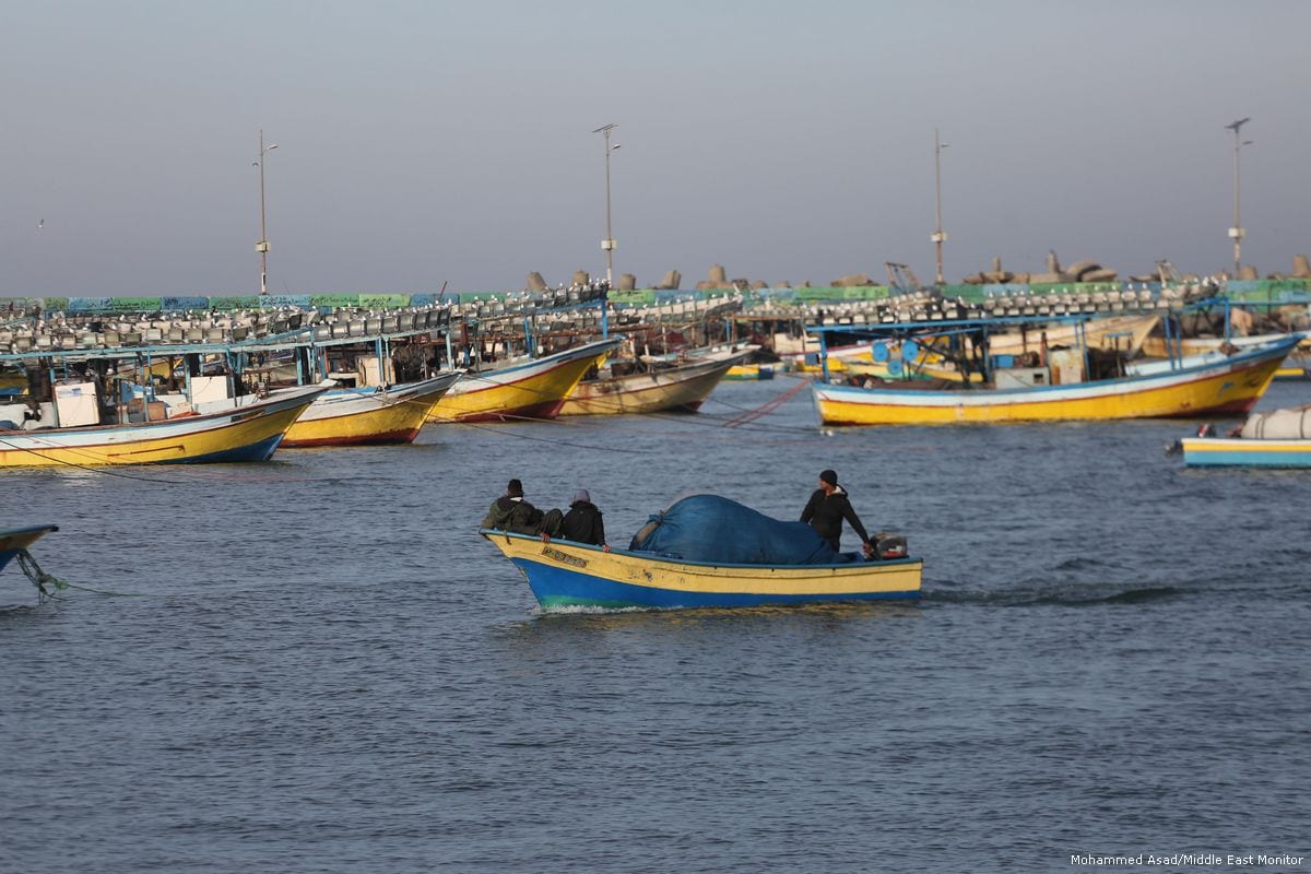 Gazan fishermen seen heading back to shore in Gaza on January 23, 2018 [Mohammed Asad / Middle East Monitor]