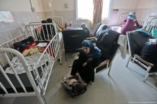 Sick children are left in medial centres despite the generator not working due to the shortage of fuel in Gaza [Mohammed Asad/Middle East Monitor]