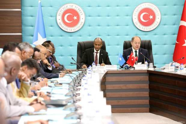 Turkish Deputy Prime Minister Recep Akdag (R) and his Somalian counterpart Mahdi Mohammed Gulaid (C-L) attend the signing ceremony of the Turkey-Somalia Joint Economic Commission meeting protocol at the Ministry of Economy in Ankara, Turkey on 12 January 2018 [Hayati İkizoğlu/Anadolu Agency]