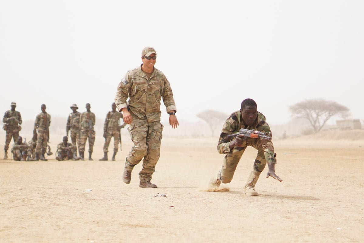 A US Army Special Forces weapons sergeant observes as a Nigerien soldier bounds forward while practicing buddy team movement drills during Exercise Flintlock 2017 in Diffa, Niger, March 11, 2017 [US Army photo by Spc. Zayid Ballesteros]
