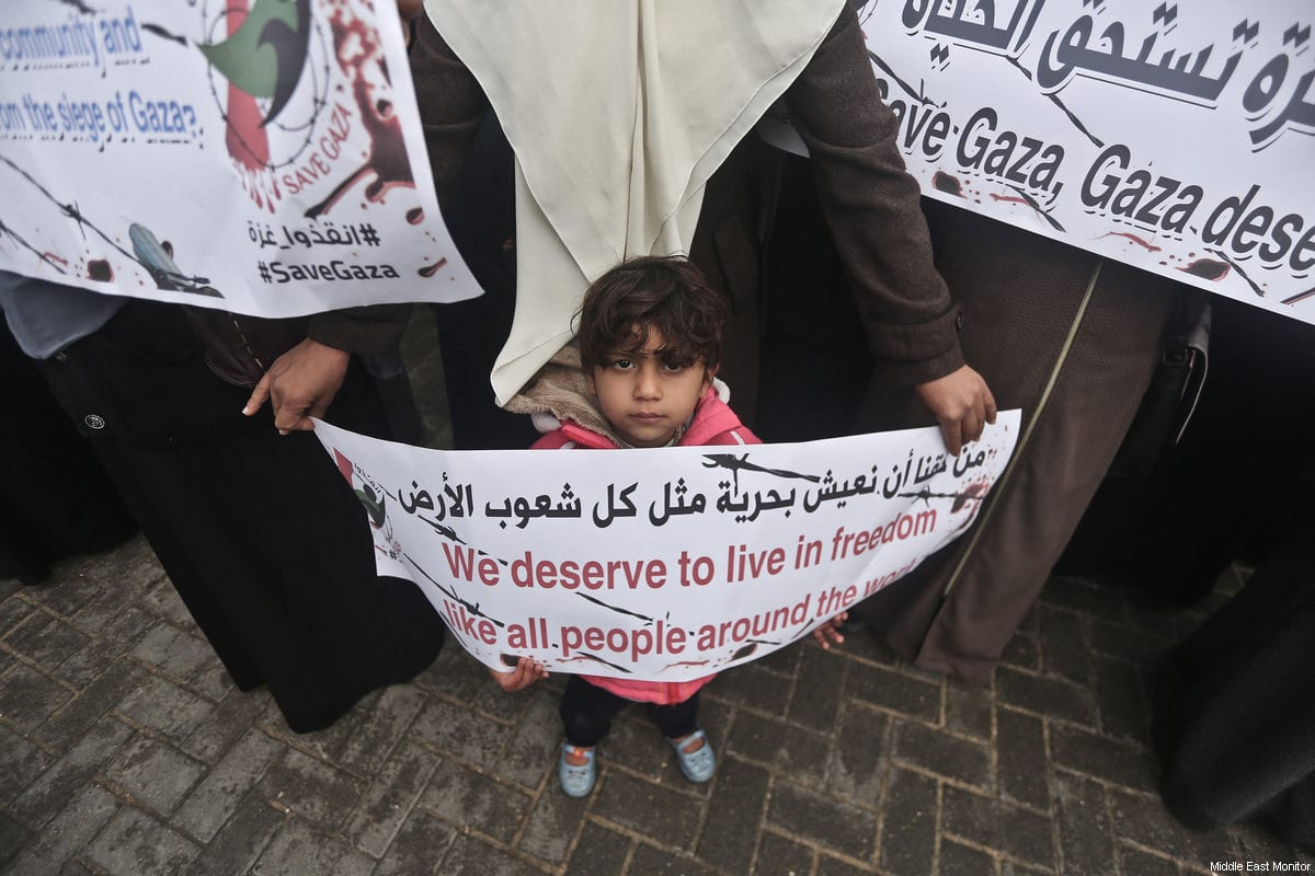 Gazan's gather outside the UN offices in Gaza to protest US cuts to UNRWA's funding, on January 28, 2018 [Mohammad Asad / Middle East Monitor]