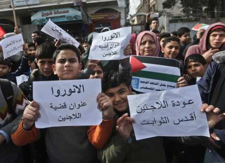 Palestinians in Gaza protest against US cuts to UNRWA on 13 February, 2018 [Mohammed Asad/Middle East Monitor]