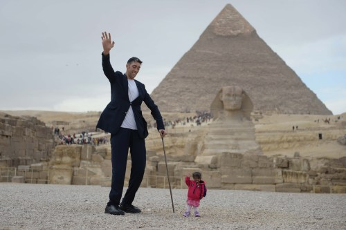 Sultan Kosen (L), Guinness World Record holder for tallest living male at 251 centimetres, and Jyoti Amge (R), world's smallest living woman according to Guinness World Records, pose for a photo at the Giza pyramid complex on 26 January, 2018 in Giza, Egypt [Stringer/Anadolu Agency]