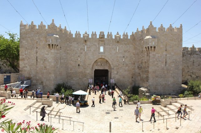 The Damascus Gate entrance to the Old City, Jerusalem seen before the contruction of Israel's watchtower checkpoint in February 2018 [Twitter / MohamdNashwan]