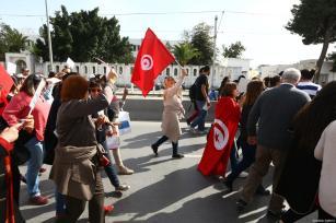 Centenas de manifestantes mantêm cartazes e gritam slogans durante uma marcha de Bab Sadun para a praça do Bardo, exigindo direitos de herança iguais para as mulheres em Tunes, na Tunísia, em 10 de março de 2018 [Agência Yassine Gaidi / Anadolu]
