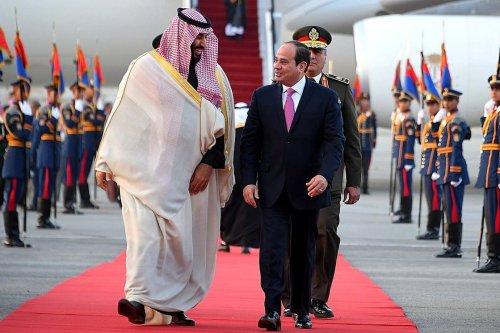 Crown Prince and Defense Minister of Saudi Arabia Mohammad bin Salman al-Saud (L) is welcomed by Egyptian President Abdel Fattah al-Sisi (R) at Cairo International Airport in Cairo, Egypt on 4 March, 2018 [Bandar Algaloud/Saudi Kingdom Council/Handout/Anadolu Agency])