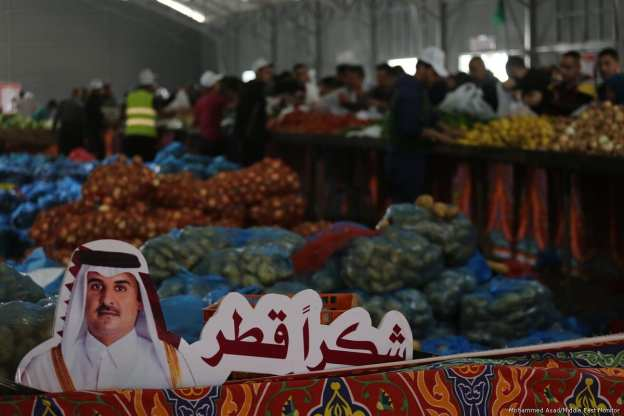 Stalls open selling goods at 20% of market price in Gaza [Mohammed Asad/Middle East Monitor]