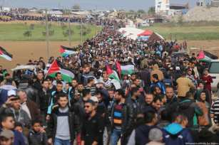 Thousands of Palestinians assemble along the Gaza-Israel border to reaffirm the 'Right of Return' on 30 March 2018 [Mohammed Asad/Middle East Monitor]