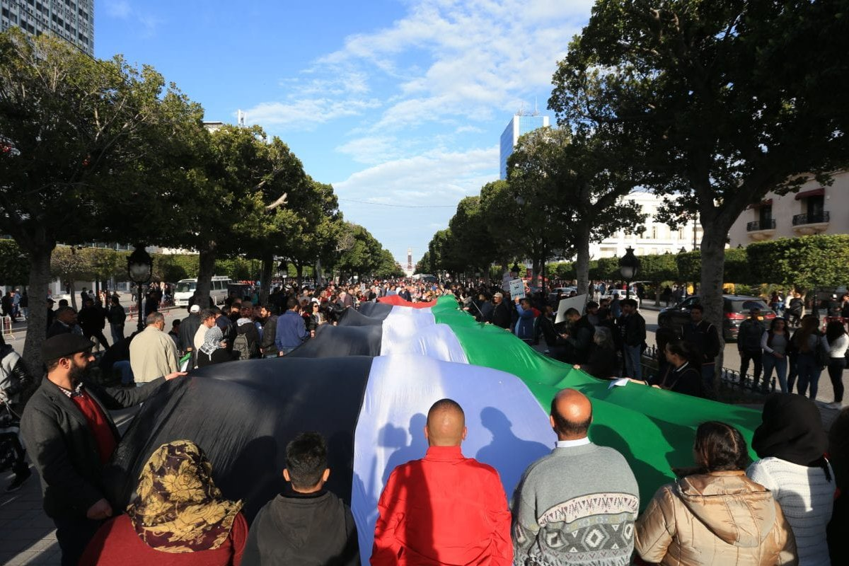 People carry a massive Palestinian flag during a demonstration marking the 'Palestinian Land Day' at the Habib Bourguiba Avenue in Tunis, Tunisia on 31 March, 2018. [Yassine Gaidi /Anadolu Agency]
