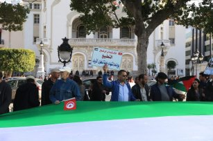 People carry a massive Palestinian flag during a demonstration marking the 'Palestinian Land Day' at the Habib Bourguiba Avenue in Tunis, Tunisia on 31 March 2018 [Yassine Gaidi/Anadolu Agency]