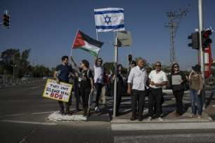 """Members of """"Coalition of Women for Peace"""" consisting Israeli and Palestinian activists hold banners during a protest held to support the """"Great March of Return"""" near the Gaza border in Sderot, Israel on 31 March, 2018. [Stringer/Anadolu Agency]"""