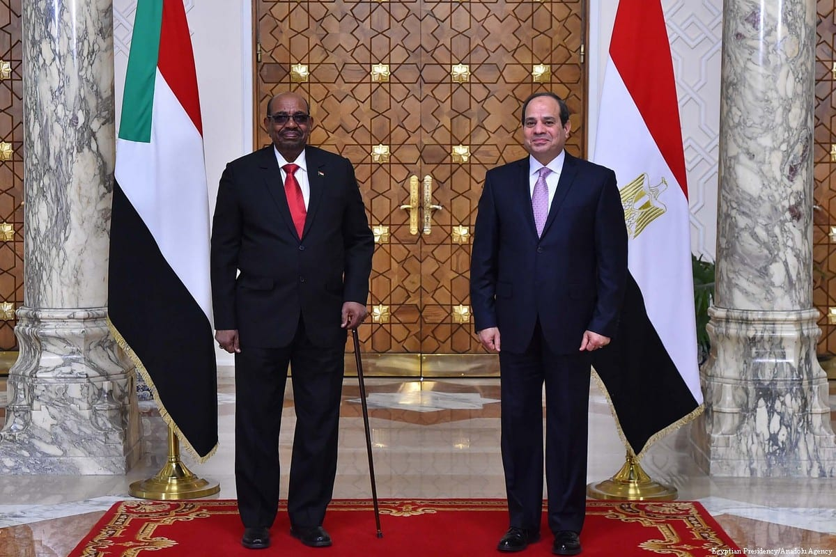Sudanese President Omar Al-Bashir (L) meets Egyptian President Abdel Fattah aA-Sisi in Cairo, Egypt on 19 March 2018 [Egyptian Presidency/Anadolu Agency]