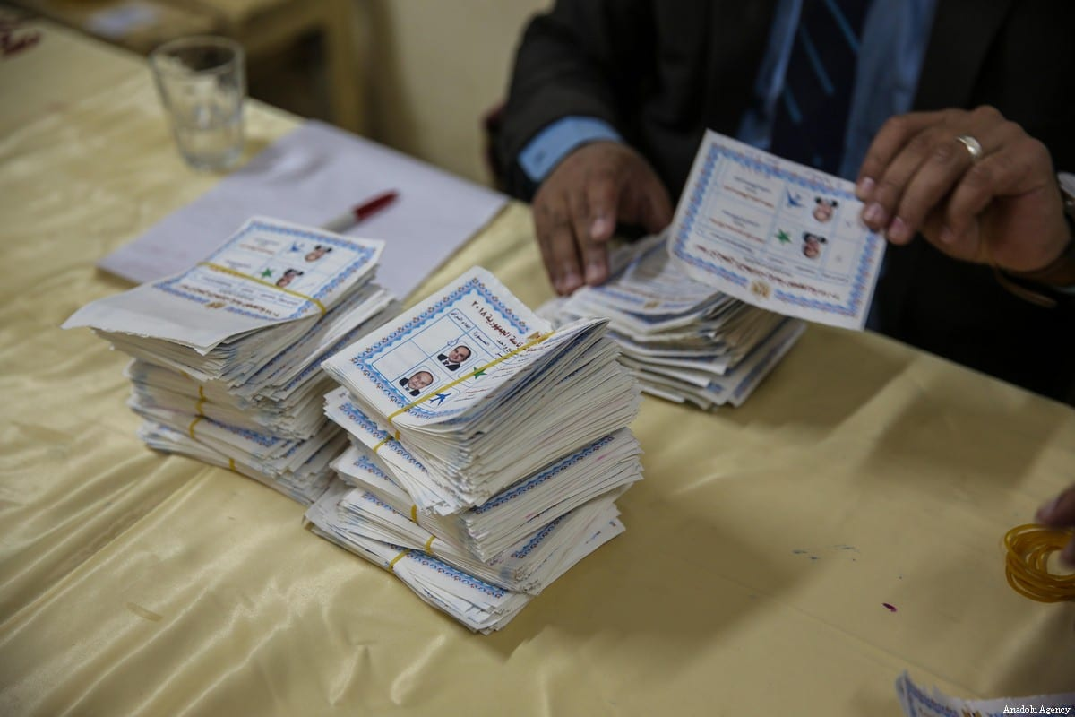 Egyptian election workers count ballots on the third and last day of the 2018 Egyptian presidential elections in Faiyum, Egypt, on 28 March 2018. [Ragy Maged - Anadolu Agency]