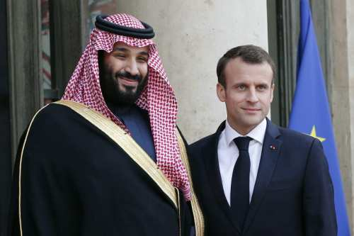 French President Emmanuel Macron (R) poses with Saudi Arabia Crown Prince Mohammed bin Salman before a meeting at the Elysee Palace in Paris, on 10 April, 2018 [Anadolu Agency]