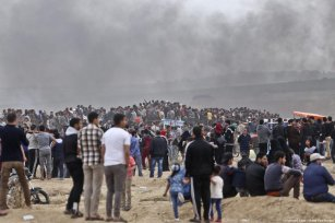 Palestinians protest for the fourth consecutive week at the Gaza-Israel border, part of the 'Great March of Return', on April 20, 2018 [Mohammed Asad / Middle East Monitor]