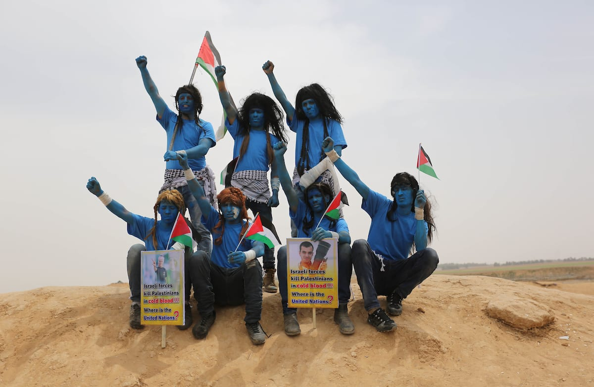 """Palestinian protesters dressed as a character from the movie """"Avatar"""" take part in a protest demanding the right to return to their homeland, at the Israel-Gaza border in Khan Younis in the southern Gaza Strip, 3 May, 2018 [Ashraf Amra/Apaimages]"""