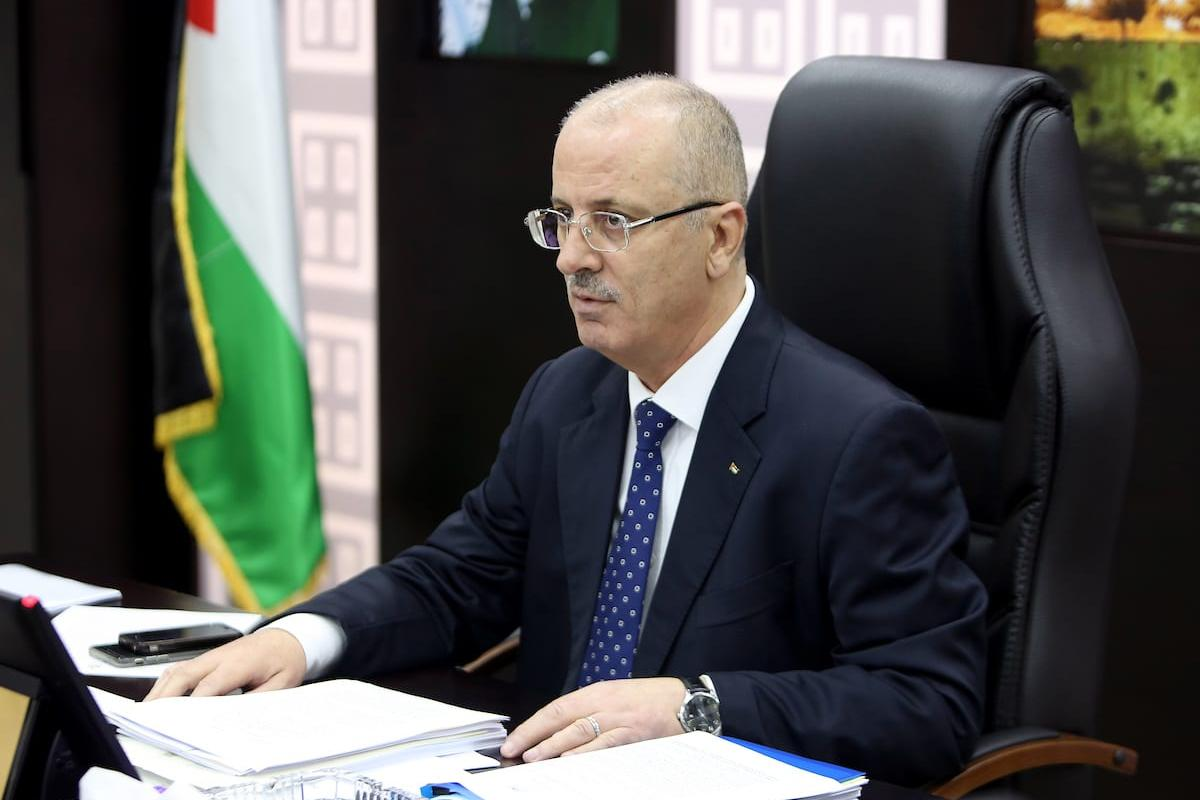 Palestinian Prime Minister Rami Hamdallah chairs a meeting of council of Ministers in the West Bank city of Ramallah on 15 May, 2018 [Prime Minister Office/Apaimages]