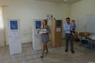 Iraqis cast their vote at a polling station for the Iraqi parliamentary election in Sulaymaniyah, Iraq on May 12, 2018 [Feriq Fereç / Anadolu Agency]