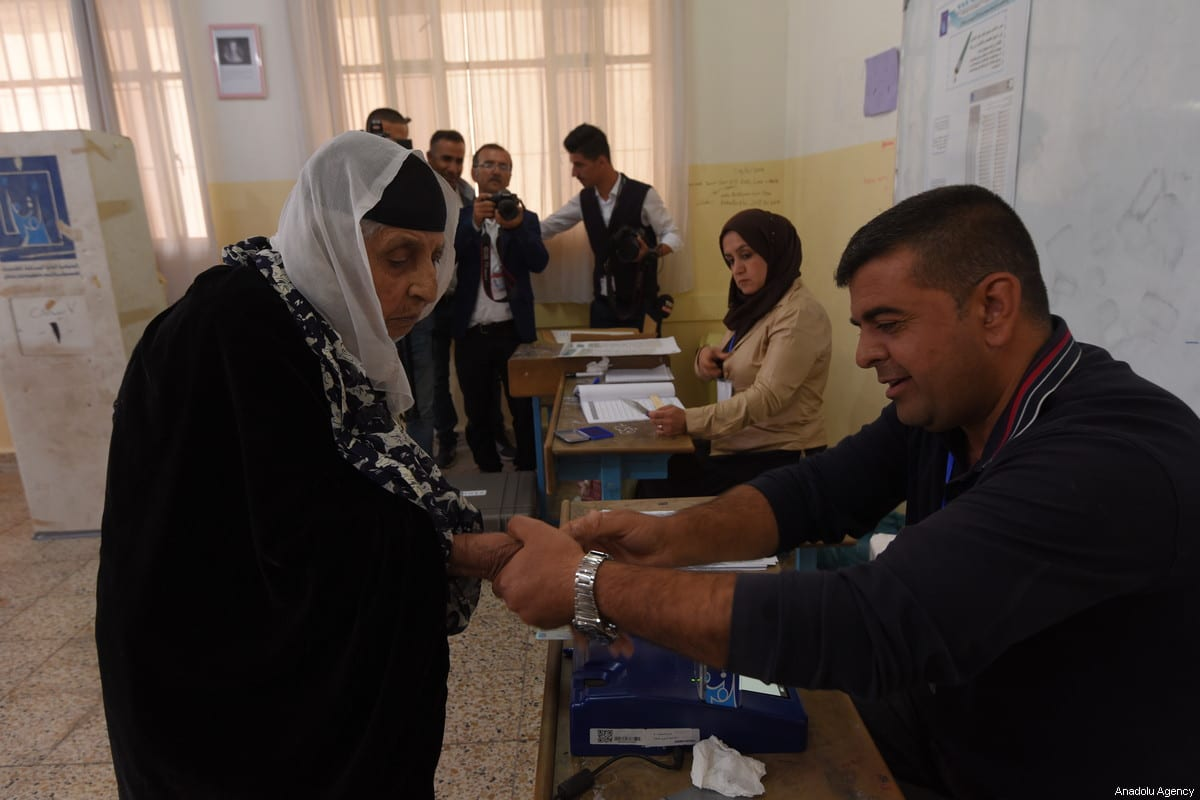An Iraqi woman casts her vote at a polling station for the Iraqi parliamentary election in Sulaymaniyah, Iraq on May 12, 2018 [Feriq Fereç / Anadolu Agency]