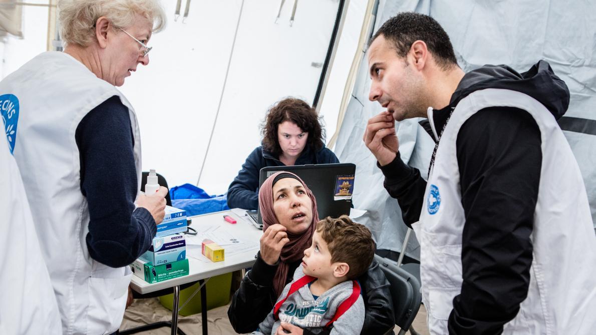 Médecins du Monde volunteers seen working with refugees in Brussels [Le Soir]